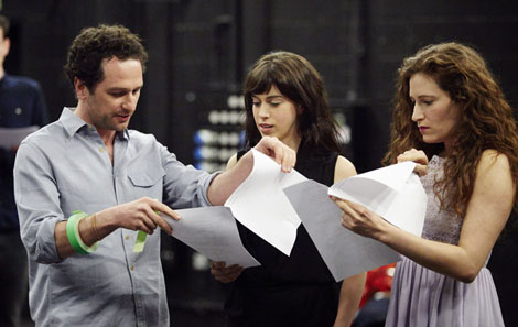 Matthew Rhys working through a scene with acting student Maeve Tonkin-Wells and Musical Theatre MA Melissa Bayern
